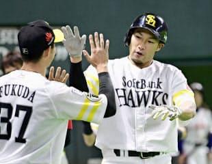 出塁能力と長打力を兼ね備えたソフトバンク柳田は現役最強打者である=共同