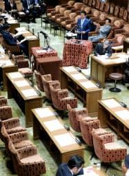 野党欠席の中開かれた衆院予算委の冒頭、日米首脳会談の報告をする安倍首相(26日午前)