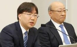 任天堂の古川俊太郎次期社長(左)と君島達己社長(26日午後、大阪取引所)