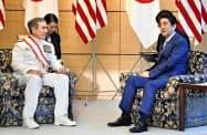 ハリス米太平洋軍司令官と会談する安倍首相(26日午後、首相官邸)=共同