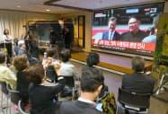 南北両首脳が映るテレビ中継を見る人たち(27日午前、大阪市北区の大阪韓国文化院)