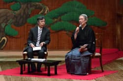 自主公演能で天野文雄京都造形芸術大教授(左)と対談する大槻文蔵(2014年4月)