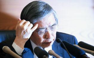 記者会見する日銀の黒田総裁(27日午後、日銀本店)