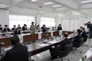札沼線沿線の4町長と会談する高橋知事(27日、浦臼町)