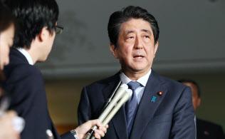 南北首脳会談の開催を受け、記者の質問に答える安倍首相(27日午後、首相官邸)