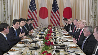 4月、トランプ米大統領(右から3人目)と会談する安倍首相(左から2人目)、茂木経財相(左端)=共同