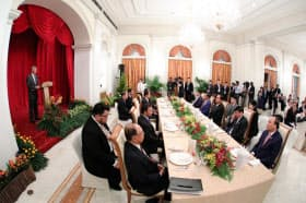 27日、ASEAN首脳会議を前に、各国首脳を招いて開かれた夕食会(シンガポール)=会議事務局提供