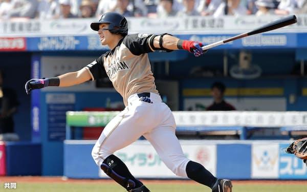 3回日本ハム1死一塁、大田が左越えに2打席連続本塁打となる逆転2ランを放つ(28日、ZOZOマリン)=共同