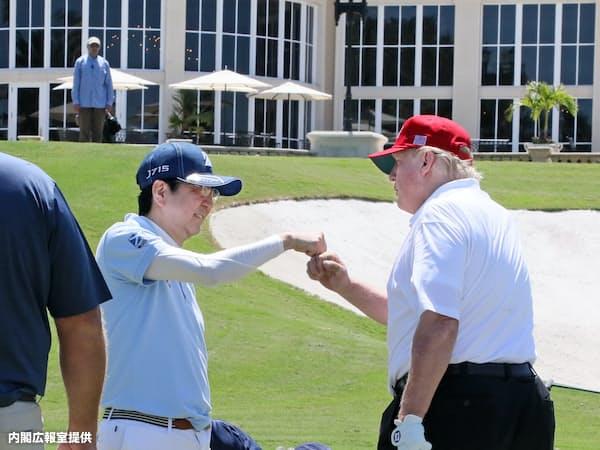 ゴルフを楽しむ安倍首相とトランプ米大統領(18日午後、米フロリダ州パームビーチ)=内閣広報室提供
