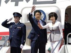 中東歴訪に出発する安倍首相と昭恵夫人(29日午後、羽田空港)=共同