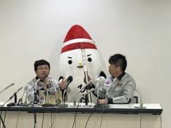 不具合の説明をするインターステラテクノロジズ稲川貴大社長(写真左)と堀江貴文氏