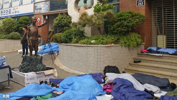 徴用工像の設置強行か 釜山の労働者団体、警官隊ともみ合い