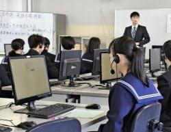 コンピューターを使った「話す」のテストについて説明を受ける福井県敦賀市立角鹿中の生徒(1日、福井県敦賀市)=共同