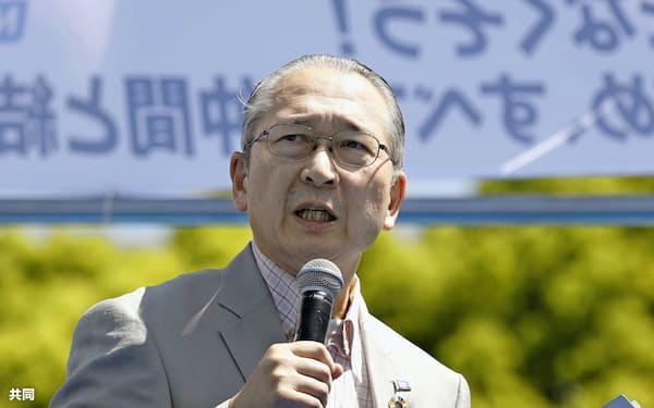 連合のメーデー中央大会であいさつする神津会長(4月28日、東京・代々木公園)=共同