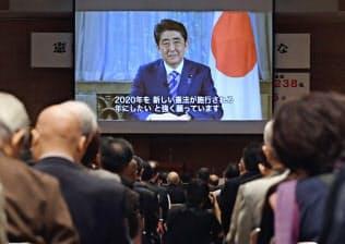 安倍首相は昨年の憲法記念日のビデオメッセージで改憲への意欲を示しました(17年5月、東京都千代田区)=共同