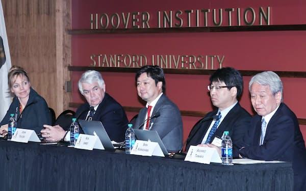 パネル討論する(右から)田中、川島、神保、テイラーの各氏。左端はモデレーターのマヌエル氏(4月30日、米カリフォルニア州)=小高顕撮影