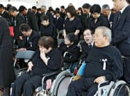 水俣病犠牲者慰霊式で黙とうする水俣病患者ら(1日、熊本県水俣市)