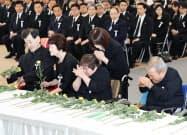 水俣病犠牲者慰霊式で献花する胎児性水俣病患者ら(1日、熊本県水俣市)