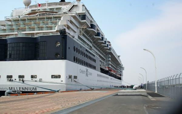 岸壁を延伸した新中央埠頭に接岸したクルーズ船「セレブリティ・ミレニアム」(4月28日)