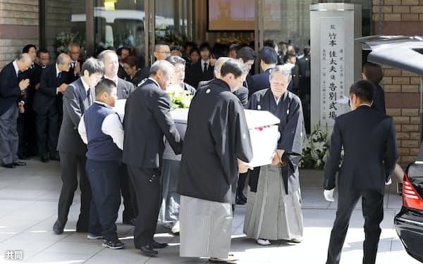 車に乗せられる竹本住太夫さんのひつぎ(1日午後、大阪市)=共同