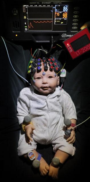 発達脳科学研究室では、光トポグラフィーなどを使って赤ちゃんの生体信号と脳活動を測定している(東京大学大学院教育学研究科)=小園雅之撮影