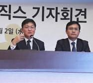 金東重CFO(左)は疑惑を全面否定した(2日、ソウル)