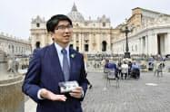 バチカンでローマ法王フランシスコの一般謁見に参列後、取材に応じる長崎市の田上富久市長(2日)=共同