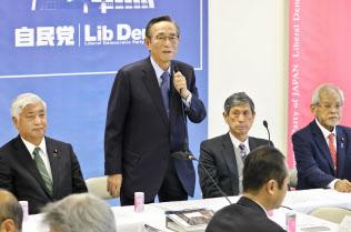 自民党憲法改正推進本部で自民党案をまとめた細田本部長(左から2人目)=3月22日