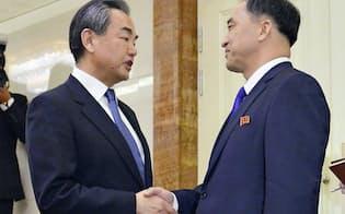 出迎えを受ける中国の王毅国務委員兼外相(左)(2日、平壌国際空港)=共同