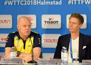 世界卓球団体戦の記者会見に出席した元世界王者のパーソン氏(右)と男子代表監督のカールソン氏