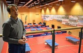 ファルケンベリの卓球クラブで、日本とスウェーデンの卓球交流について語る織部さん
