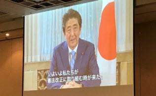 安倍首相は早期の憲法改正の実現を訴えた(3日、都内のシンポジウムで上映されたビデオメッセージ)