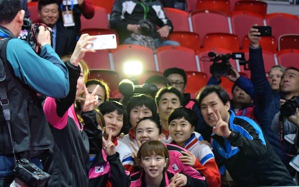 南北合同チーム結成が決まり、スマートフォンで記念撮影する韓国と北朝鮮の選手たち(3日、スウェーデン・ハルムスタード)