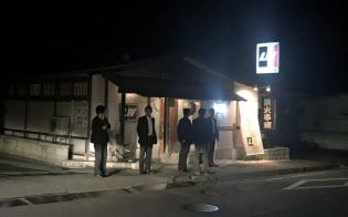 首相は山梨県富士吉田市の「炭火串焼I・W」で成蹊大の友人らと食事を楽しんだ。