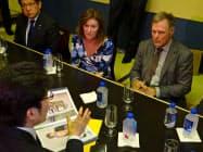 3日、横田めぐみさんの拉致事件を拓也さん(左下)から聞くワームビア夫妻(ニューヨーク市内のホテル)
