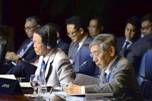 4日、マニラで開かれた日中韓とASEANの財務相・中央銀行総裁会議に臨む麻生財務相(左)と黒田日銀総裁=共同