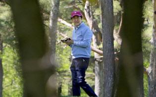 ゴルフを楽しむ安倍首相(4日午前、山梨県山中湖村)=共同