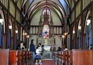 世界文化遺産への登録勧告が決まり、観光客でにぎわう大浦天主堂(4日、長崎市)