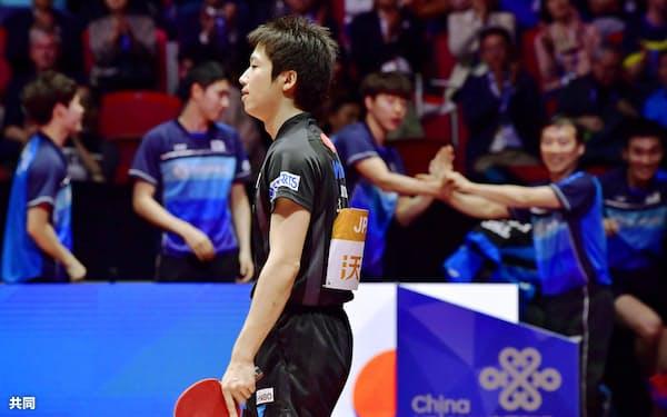 男子準々決勝 韓国戦の第4試合で敗れ、肩を落とす水谷隼(4日、ハルムスタード)=共同