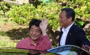 温泉施設を後にする安倍首相(5日午後、山梨県富士吉田市)
