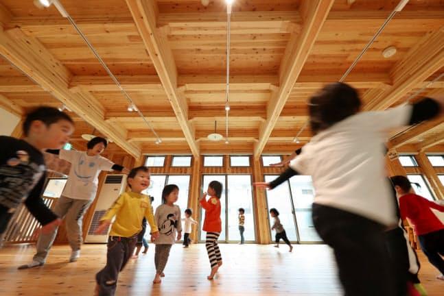 元気に走り回る子供たち。2階床材などはCLTだ(京都府長岡京市)