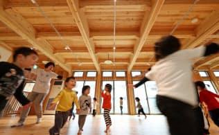 元気に走り回る西山井ノ内保育園の子供たち。2階床材などはCLTだ(京都府長岡京市)=淡嶋健人撮影