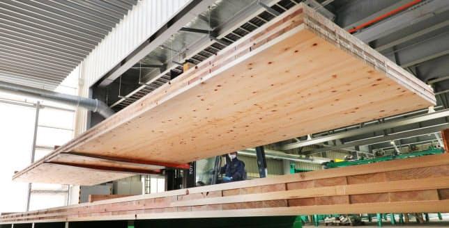 銘建工業は最大で長さ12メートルの大型パネルを製造できる(岡山県真庭市)