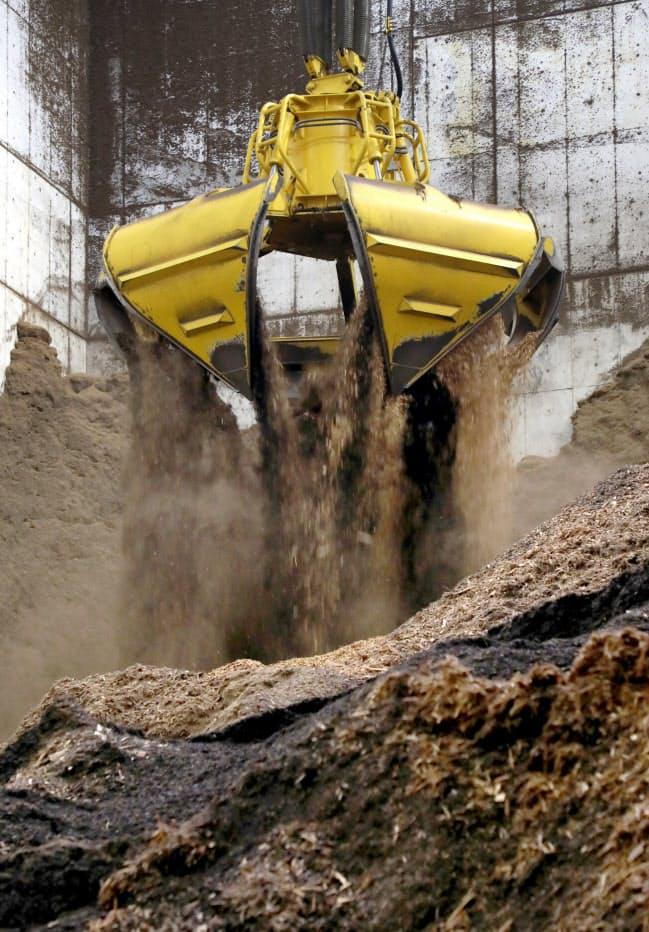 兵庫パルプ工業の木質バイオマス発電設備で24時間稼働する「ひとつかみ」6トンの大型クレーン(兵庫県丹波市)