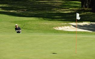 大型連休2回目のゴルフを楽しむ安倍首相(6日午前、山梨県富士河口湖町)