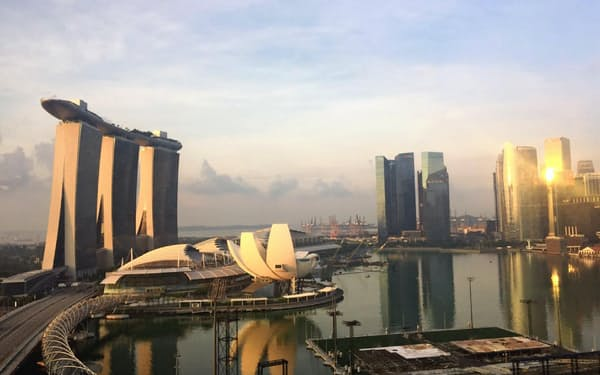 最大規模のカジノがあるシンガポールのランドマーク、マリーナベイ・サンズ=写真(左)=の運営企業トップはトランプ氏の盟友