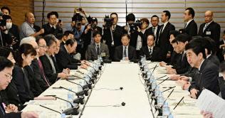 首相官邸で開かれた知的財産戦略本部・犯罪対策閣僚会議。手前右端はあいさつする安倍首相(4月13日午前)=共同