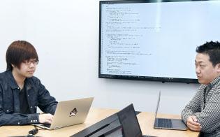 スペシャリスト選考で入社した新卒エンジニアの吉田真也さん(左)(東京都新宿区のLINE)