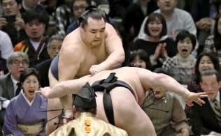 先場所の横綱鶴竜(奥)は優勝を決めた豪栄道戦もはたき込みだった=共同