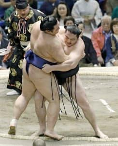 高田川親方の指導のもと、竜電(右)はいい相撲をとっている=共同